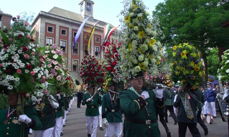 Corps in stunning uniforms with flowers